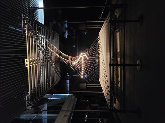 """Media Strings,"" a kinetic media art piece by Korean artist Jin-yo Mok, is now on view at Hyundai Motor Studio Busan. [MOON SO-YOUNG]"