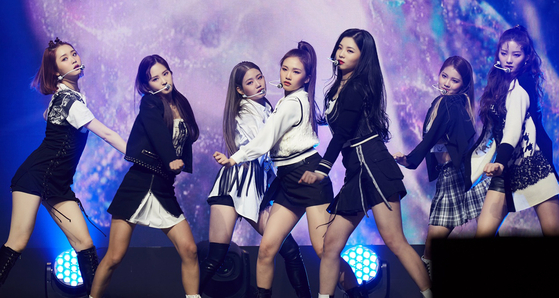 Girl group TRI.BE performs its debut track ″Doom Doom Ta″ at its online debut showcase on Feb. 17. [ILGAN SPORTS]