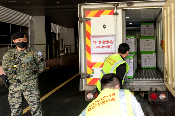 Pfizer vaccines arrive at a vaccination center in Yangcheon District, Seoul on Tuesday. [YONHAP]