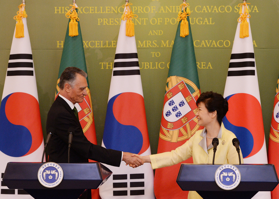 Portuguese President Anibal Cavaco Silva, left, shakes hands with Korea's President Park Geun-hye during their joint press conference in Korea on July 21, 2014. [JOINT PRESS CORPS]