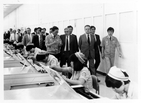 Portuguese President Mario Soares, at the time prime minister of Portugal, visits a factory of Samsung, during his visit to Korea in 1984. [MINISTRY OF THE INTERIOR AND SAFETY OF KOREA]