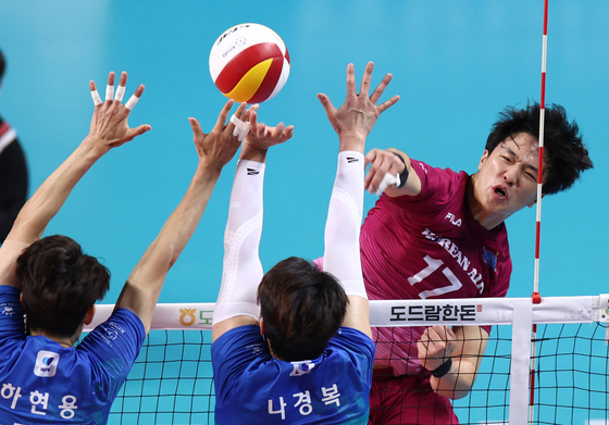 Incheon Korean Air Jumbo's Lim Dong-hyuk spikes the ball during the fourth game of the V League men's championship series on Thursday. The Jumbos beat the Seoul Woori Card Wibee 3-0 to tie the best-of-five series at 2-2. The deciding game will be played at 2 p.m. on Saturday. [YONHAP]