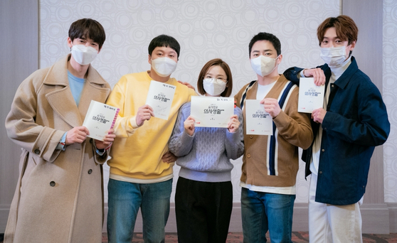 """The cast of """"Hospital Playlist,"""" from left, Yoo Yeon-seok, Kim Dae-myeung, Jeon Mi-do, Cho Jung-seok and Jung Kyung-ho pose with their scripts. [TVN]"""
