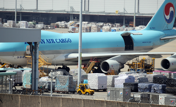 A Korean Air Lines aircraft is parked at Incheon International Airport's cargo terminal in Incheon on Thursday. According to Incheon International Airport, it handled a total of 786,396 tons of cargo in the first quarter of the year, up 18.3 percent from the same period a year earlier. That also marks the highest number for any first quarter since the airport was opened in 2001. [YONHAP]