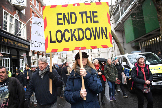 People take part in an anti-vaccination and anti-lockdown protest in Westminster, London, on Dec. 14, 2020. [AP/YONHAP]