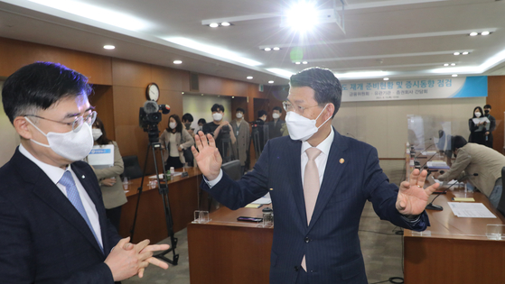 Financial Services Commission Chairman Eun Sung-soo, right, speaks with Korea Exchange CEO Sohn Byung-doo ahead of a meeting with brokerage CEOs at the KRX office in Yeouido on Thursday. [YONHAP]