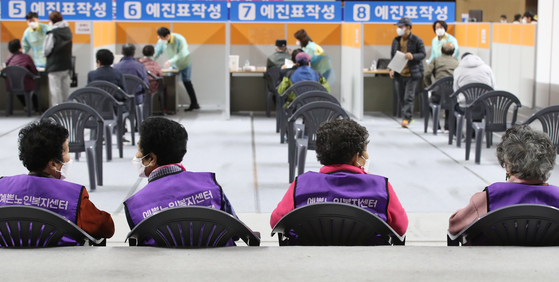 Senior citizens wait to get Pfizer shots at a newly-opened Covid-19 vaccination center in the Gyeongsan Indoor Stadium on Thursday. [NEWS 1]