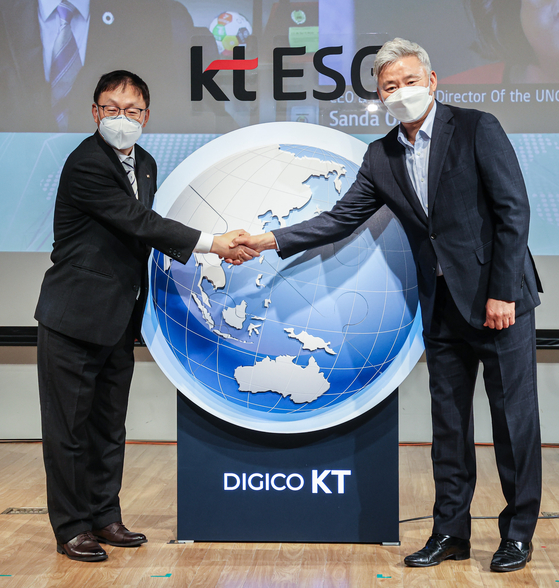 KT CEO Ku Hyeon-mo, left, poses with Choi Jang-bok, right, chairman of KT's labor union, after signing an environmental, social and corporate governance [ESG] management agreement at KT Square in Jongno, central Seoul on Thursday. [YONHAP]