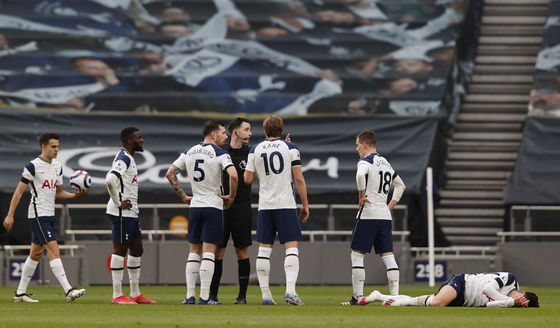 Tottenham Hotspur's Harry Kane and teammates remonstrate with referee Chris Kavanagh as Son Heung-min reacts after a foul in the 33rd minute in a game against Manchester United at Tottenham Hotspur Stadium in London on Sunday. [REUTERS/YONHAP]