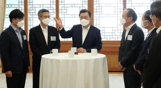 President Moon Jae-in, center, converses with CEOs of leading companies including, from left, Hyundai Motor's Kong Young-woon, Samsung Electronics' Lee Jung-bae and SK hynix's Lee Seok-hee. [YONHAP]