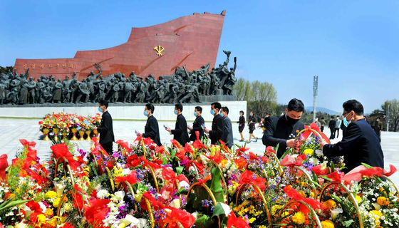 North Koreans visit Mansu Hill in Pyongyang Thursday to lay floral baskets and bouquets to mark the 109th birthday anniversary of late founder Kim Il Sung, or the Day of the Sun, the country's largest national holiday, in a photograph released by the state-run Rodong Sinmun. [YONHAP]