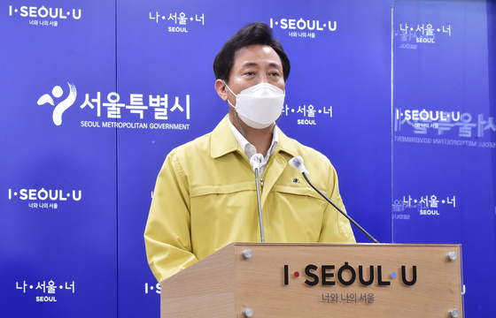 Seoul Mayor Oh Se-hoon announces a plan to have customers of noraebang (singing rooms) and other entertainment facilities tested at the door with over-the-counter Covid-19 test kits in a press briefing Monday at City Hall. [YONHAP]