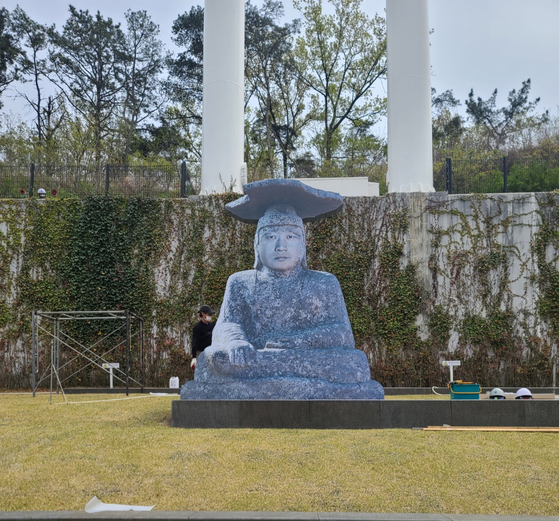 A plywood model of a stone buddha with closer Oh Seung-hwan's face has been constructed in the outfield at Daegu Samsung Lions Park in Daegu. [SAMSUNG LIONS]