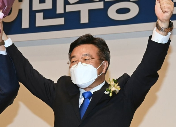 Rep. Yun Ho-jung of the Democratic Party is elected Friday as the new floor leader.  [YONHAP]
