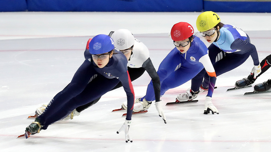 Choi Min-jeong (far right) came from behind to win the 1,000 meter race in the Korean National Speed Skating Championship, beating Olympic gold medalist and former world champion Shim Suk-hee (left) at Mokdong Ice Rink in western Seoul on Friday. [NEWS1]