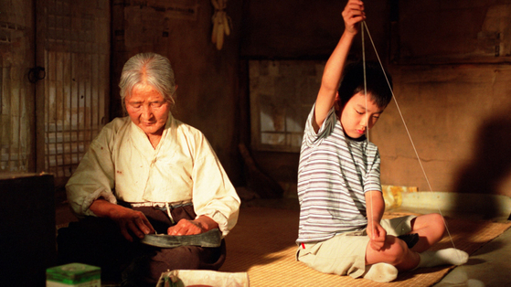A scene from the 2002 film ″The Way Home″ which shows Kim Eul-boon, left, playing the role of the mute grandmother in the remote countryside, and Yoo Seung-ho playing her grandson from a metropolitan city. [CJ ENTERTAINMENT]