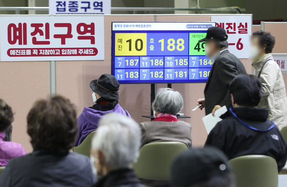 Senior citizens wait to get Pfizer shots at a Covid-19 vaccination center in the Sadang Sports Complex in southern Seoul on Saturday. [YONHAP]