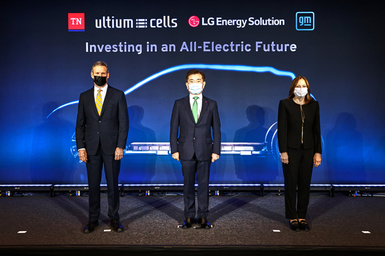 From left, Tennessee Governor Bill Lee, LG Energy Solution CEO Kim Jong-hyun and General Motors Chairman Mary Barra, at Tennessee's State Museum on April 16 pose for a photo after making an announcement on a second Ultium Cells factory. [LG ENERGY SOLUTION]