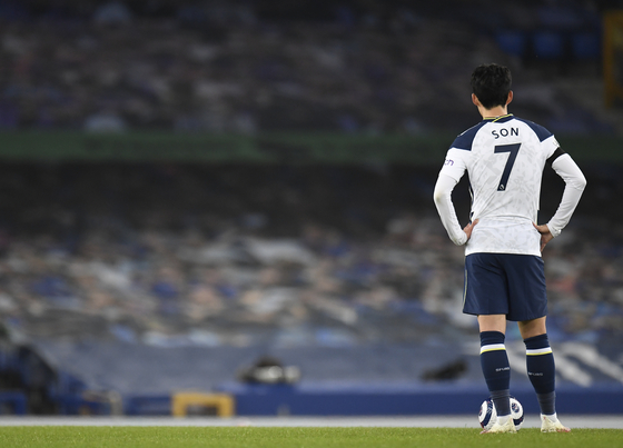 Son Heung-min reacts after Everton's Gylfi Sigurdsson scores his side's second goal during the English Premier League match between Everton and Tottenham Hotspur at Goodison Park in Liverpool on Saturday. [AP/YONHAP]