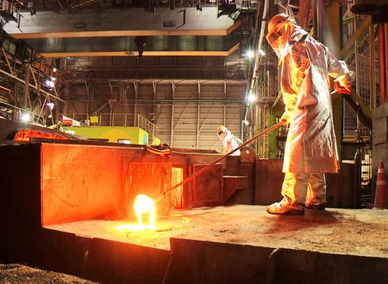 A Posco employee working in a steel mill in Pohang [YONHAP]