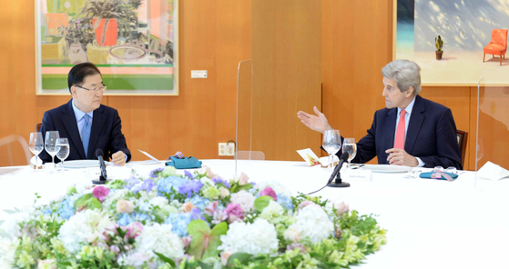 Korean Foreign Minister Chung Eui-yong, left, holds a dinner meeting with U.S. Special Presidential Envoy for Climate John Kerry at the foreign minister's residence in central Seoul Saturday evening. [FOREIGN MINISTRY]