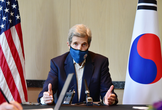 U.S. Special Presidential Envoy for Climate John Kerry speaks to reporters during a roundtable meeting with press at a hotel in central Seoul Sunday. [U.S. EMBASSY]