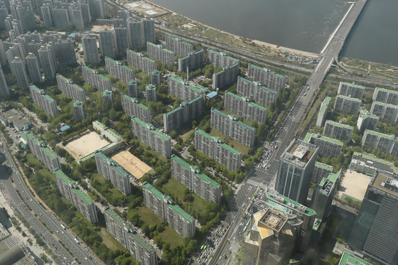 View of Jamsil Jugong 5 Danji apartment complex in Songpa, Seoul, on Sunday. Prices of the apartment complex has driven up the overall prices of the neighborhood as expectation of reconstruction moving forward have gone up. [YONHAP]