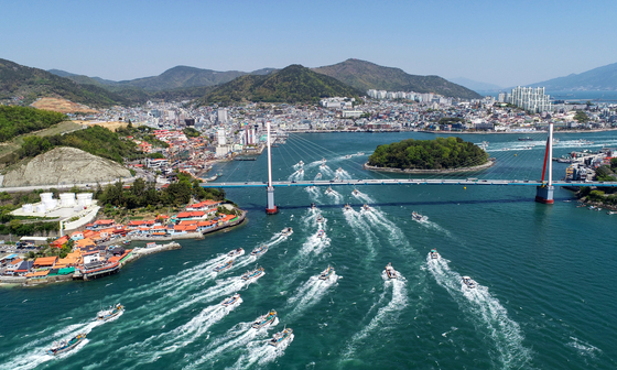 Fishing boats in the sea off Yeosu, South Jeolla, on Monday, protest Japan's decision to dump contaminated water into the Pacific Ocean. [YONHAP]