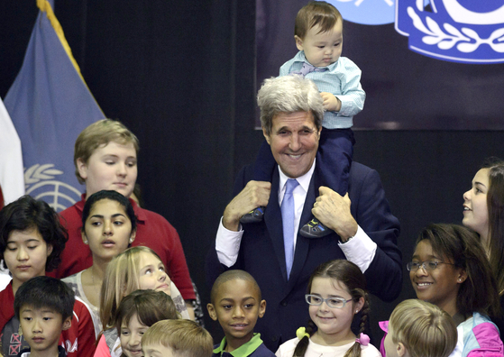 U.S. Special Presidential Envoy for Climate John Kerry, center, poses with family members of the U.S. military and embassy personnel at the Yongsan Garrison in central Seoul, May 18, 2015, during a visit to Korea as President Barack Obama's secretary of state. [AP/YONHAP]