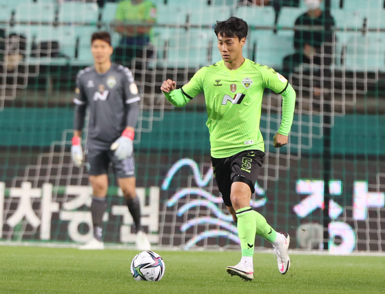 Paik Seung-ho, right, appears for the first time in a Jeonbuk Hyundai Motors jersey in a match against Incheon United at Jeonju World Cup Stadium on Sunday. [YONHAP]