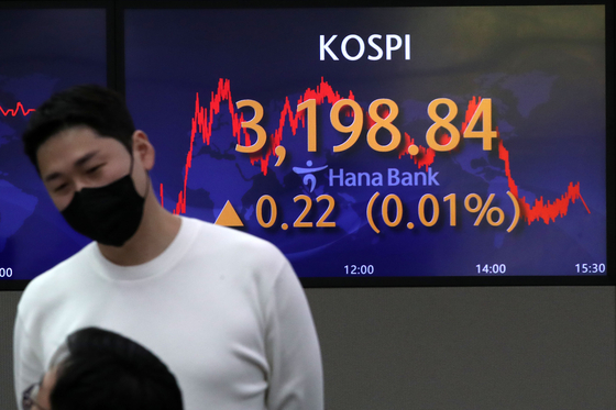 A screen in Hana Bank's trading room in central Seoul shows the Kospi closing at 3,198.84 points on Monday, up 0.22 points, or 0.01 percent from the previous trading day. [NEWS1]