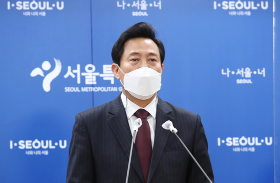 Seoul Mayor Oh Se-hoon announces a one-strike policy to combat sexual harassment and abuse in the city government at a press briefing on Tuesday at the City Hall. [NEWS1]
