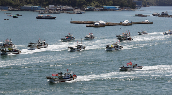 Some 160 fishing boats off the coast of Yeosu, South Jeolla, sail Monday in protest of Japan's decision to dump contaminated water into the Pacific Ocean. [YONHAP]