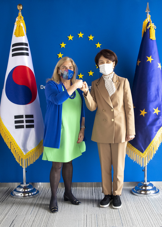 Environment Minister Han Jeoung-ae, right, and EU Ambassador to Korea Maria Castillo-Fernandez pose for a photo at the European Union representation office in Seoul on Tuesday before commencing talks on environmental issues. [NEWS1]