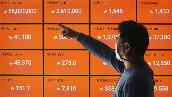 A digital screen shows cryptocurrency prices on Tuesday at Bithumb's office in Gangnam, southern Seoul. More Korean investors are now scrambling to jump into cryptocurrency investments as stocks have been weak recently.[YONHAP]