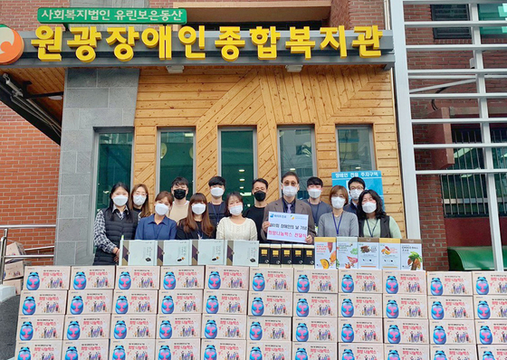 Boxes of food, donated by Hite Jinro to mark Korea's Persons with Disabilities Day, are stacked up in front of Wonkwang Welfare Center for the Disabled in Jungnang District, eastern Seoul on Tuesday. The donations will be delivered to 400 people with disabilities. [YONHAP]