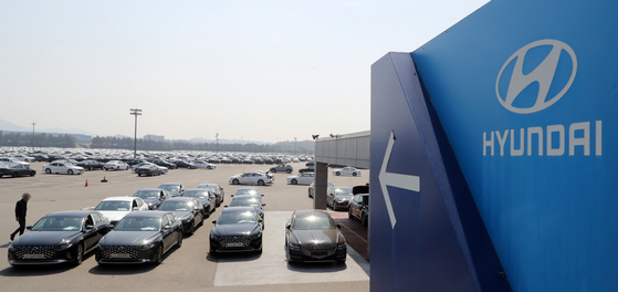 Hyundai Motor Sonata and Grandeur sedans are parked at the automaker's Asan plant in South Chungcheong on Tuesday. Due to a shortage of automobile semiconductors, the company temporarily shut the production line at the Asan plant from April 19 to 20. It was previously shut down on April 12 and 13. [NEWS1]