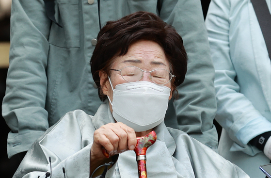 Comfort woman survivor Lee Yong-soo weeps on Wednesday after the Seoul Central District Court dismissed her lawsuit for compensation from Japan. [YONHAP]