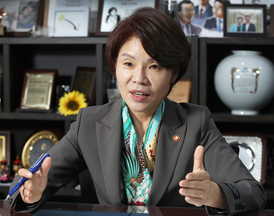 Environment Minister Han Jeoung-ae says Korea is ready to share its green growth technologies with developing countries during an interview with the Korea JoongAng Daily on April 16 at the National Assembly in Yeouido, western Seoul. [PARK SANG-MOON]