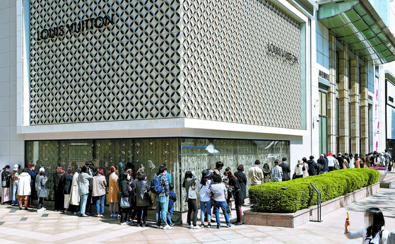People line up to buy luxury designer brand products at Lotte Department, located in Jung District, central Seoul. [YONHAP]