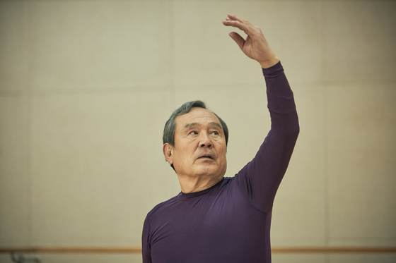A scene from tvN's ongoing drama series ″Navillera″ features 70-year-old Shim Deok-chul (actor Park In-hwan) learning ballet in spite of his age. [TVN]
