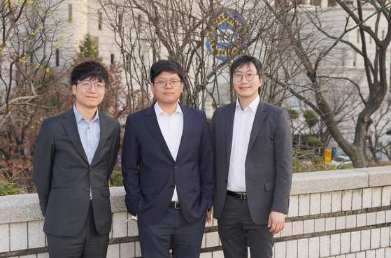 The three attorneys working on Mr. A's case, from left, Lee Hahn-jae and Lee Sang-hyun of Duroo, and Lee Il of APIL, stand for photos after an interview with the Korea JoongAng Daily at the Seoul High Court in southern Seoul. [JEON TAE-GYU]