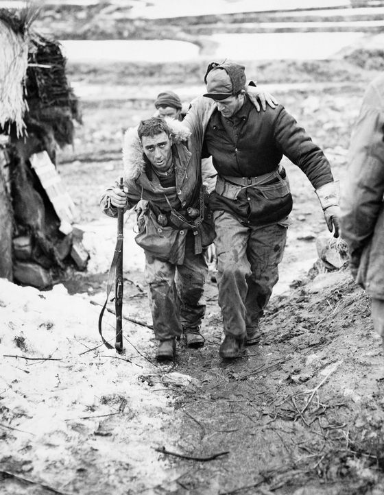 William J. Chrysler, right, Canadian veteran of the Korean War, during the Battle of Kapyong in 1951. [EMBASSY OF CANADA IN KOREA]