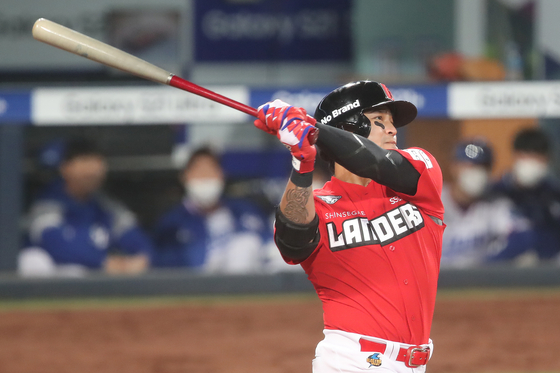 Choo Shin-soo hits a home run at the top of the eighth inning against the Samsung Lions at Daegu Samsung Lions Park in Daegu on Tuesday. Choo went deep twice for the Landers, in the fourth and eighth innings, in the 10-7 win. In 13 games since joining the KBO, Choo has 10 hits, nine RBIs and five home runs with a 0.208 batting average. [NEWS1]