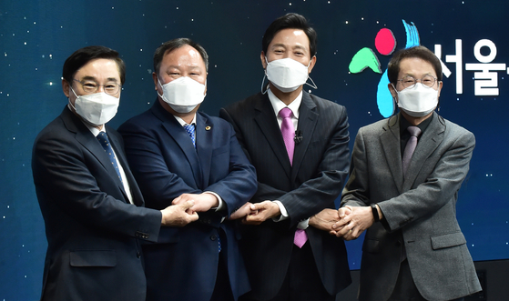 Seoul Mayor Oh Se-hoon, second from right, poses for a photo after taking the oath of office on Thursday at the online inaugural ceremony in Dongdaemun Design Plaza in central Seoul. From left are Lee Dong-jin, chairman of the autonomous district council in Seoul; Kim In-ho, chairman of Seoul City Council; Oh; and Cho Hee-yeon, superintendent of the Seoul Office of Education. [YONHAP]