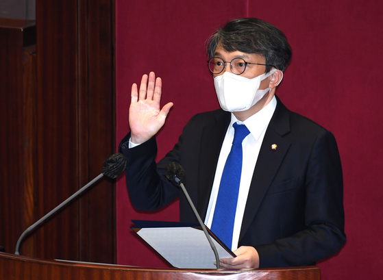Kim Eui-kyeom takes an oath after taking a legislative seat surrendered by a lawmaker who ran for the Seoul mayoral post in the April 7 by-election. Kim, former Blue House spokesperson, resigned over allegations that he used his influence to get loans on favorable terms to buy an expensive apartment. [OH JONG-TAEK]