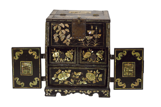 A najeon chilgi (lacquerware inlaid with mother-of-pearl) makeup drawer of the Joseon Dynasty (1392-1910). [COREANA COSMETICS MUSEUM]