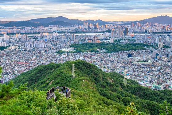 Mount Yongma in Jungnang District, eastern Seoul, was often visited by the X generation, or those in their 40s and 50s. [SEOUL TOURISM ORGANIZATION]