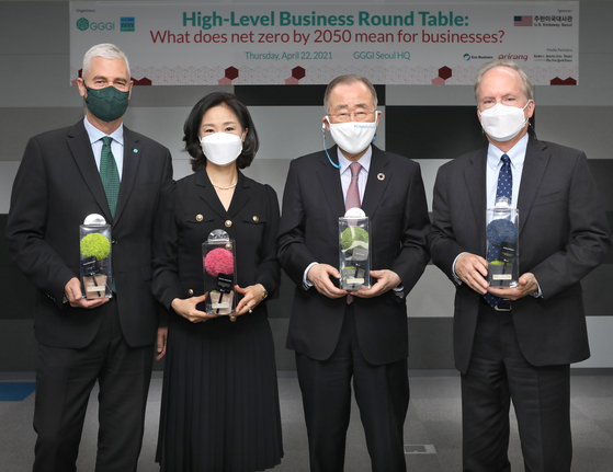 From right, Robert Rapson, charge d'Affaires of the U.S. Embassy in Korea; Ban Ki-moon, president of Global Green Growth Institute (GGGI) and eighth secretary-general of the United Nations; Kim Hyo-eun, deputy director-general of GGGI; and Frank Rijsberman, director-general of GGGI, at a climate forum hosted by the institute and embassy in Seoul on Thursday. The participants are holding a type of air-purifying plant. [PARK SANG-MOON]