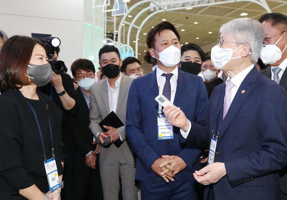 Park Jung-ho, co-CEO of SK hynix, second from right, attends the World IT Show on Wednesday at Coex in southern Seoul. [YONHAP]
